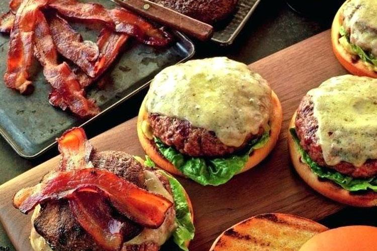 Rezept: Cheeseburger mit Speck + Portobellos
