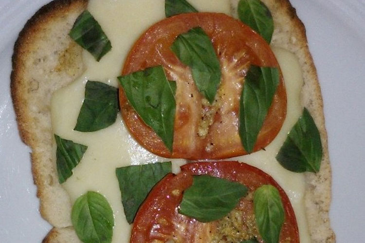 Rezept: Ciabatta-Pizzen mit heissen Tomaten, Mozzarella und Rucola